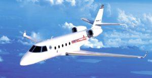 Grafika przedstawia transport pacjenta z wykorzystaniem samolotu medycznego